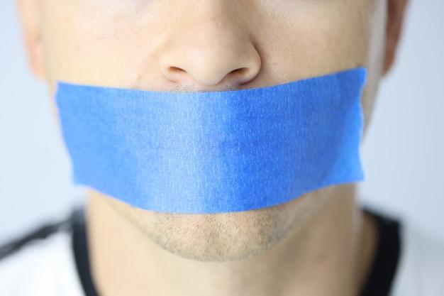 青いテープで封印された女性の沈黙と秘密の概念を保持する口を持つ女性の肖像画