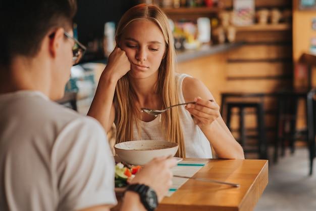 식욕을 가진 여자의 초상화입니다.