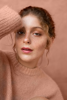 ピンクのセーターと女性の肖像画