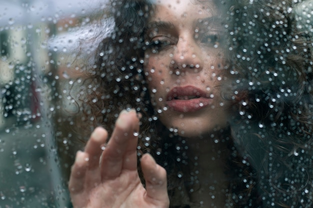 雨滴を持つ女性の肖像画