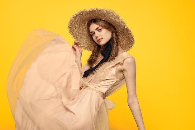 黄色いスペースに赤いおさげの女性の肖像画は、感情の楽しみをトリミングしました。