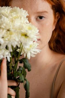 봄 꽃을 가진 여자의 초상화