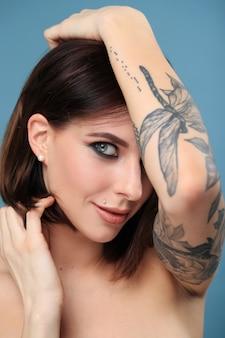 Портрет женщины с татуировкой