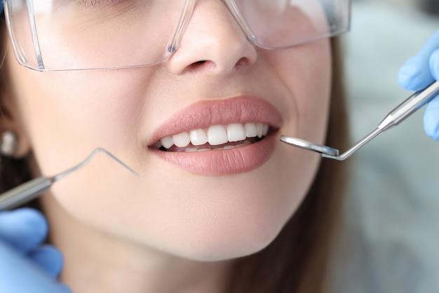 歯医者の予約で白い美しい歯を持つ女性のポートレート