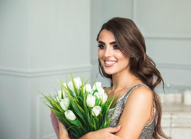 Портрет женщины с белыми цветами.