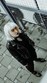 Портрет женщины с белыми волосами и очками