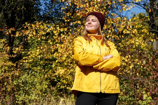 明るい日に紅葉の前に女性の肖像画。秋のコンセプト