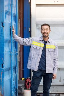 労働者または技術者の笑顔とスタンドコンテナの肖像画