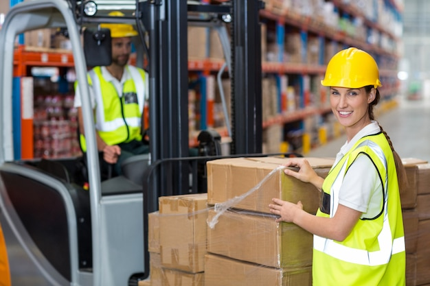 Портрет рабочих позирует и смотрит в камеру во время работы