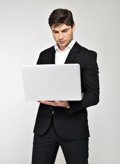 ノートパソコンで働くビジネスマンの肖像画と画面を見て