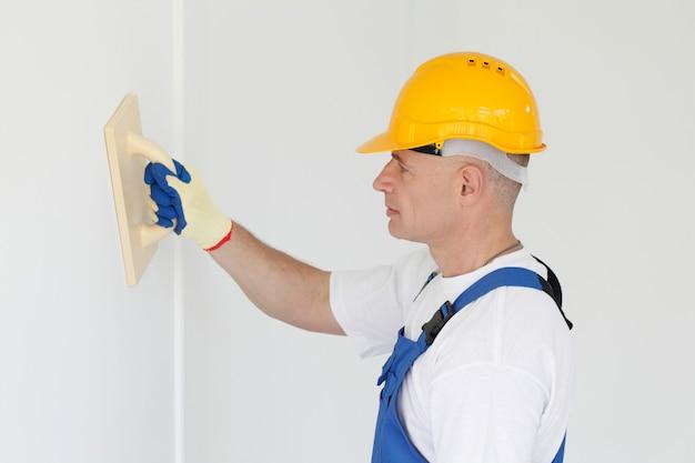 Портрет рабочего полировки стены
