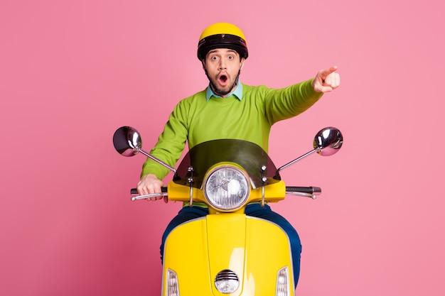 멀리 떨어져 오토바이 포인팅 집게 손가락에 앉아 걱정 된 남자의 초상화