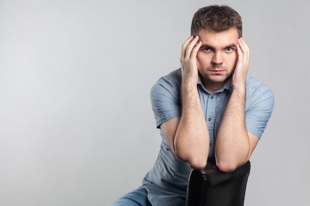 Портрет обеспокоенного мужчины в депрессии