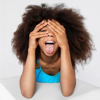 Портрет молодой очаровательной девушки позирует в милом топе Бесплатные Фотографии