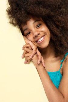 Портрет молодой очаровательной девушки позирует в милом топе