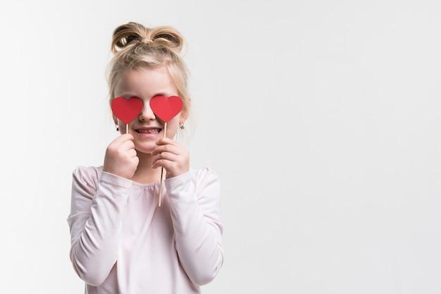 Портрет молодой очаровательной девушки позирует