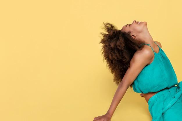 Портрет молодой очаровательной девушки с афро