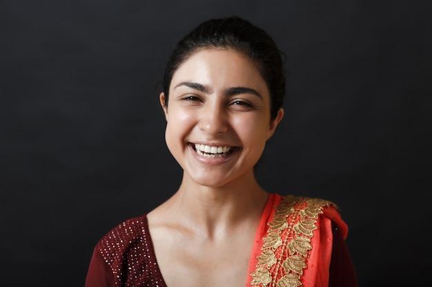 Портрет молодой взрослой индийской женщины в сари