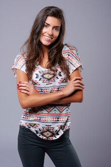 スタジオで若い大人の女性の肖像画