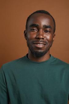 茶色でポーズをとる若いアフリカ系アメリカ人男性の肖像画