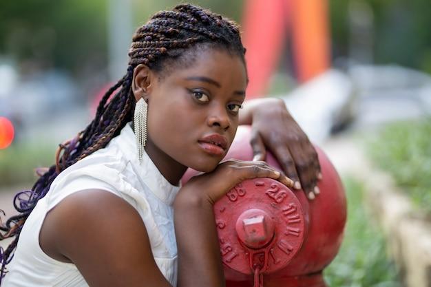 Портрет молодых афро-американских женщин, стоящих на улице, женский день концепции