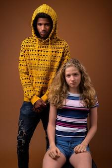 若いアフリカ人男性と白人の10代の少女の肖像画