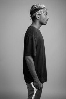 黒と白の灰色のヘッドバンドとしてバンダナを身に着けている若いアフリカ人の肖像画