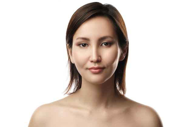 Портрет молодой и красивой азиатской женщины на белой стене