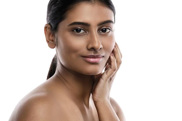 白で隔離の若くて美しいインドの女性の肖像画