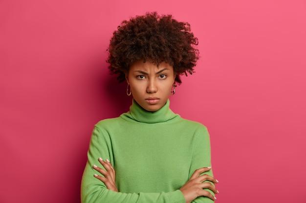 Портрет молодой и красивой женщины, жестикулирующей