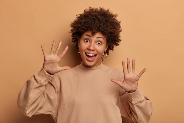 身振りで示す若くて美しい女性の肖像画