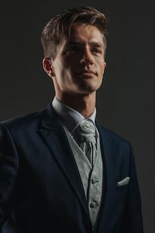 若くてハンサムなスタイリッシュな服装の男の肖像画。