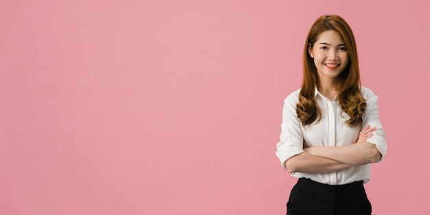 긍정적 인 표현, 팔을 넘어 젊은 아시아 아가씨의 초상화, 캐주얼 의류를 입고 분홍색 배경 위에 카메라를보고 광범위하게 미소.