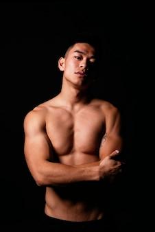 フィットネス体を持つアジアの少年のポートレート。挑戦的な態度。
