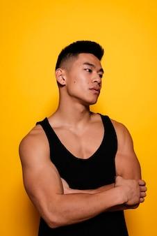 スポーツウェアを着たアジアの少年のポートレート。挑戦的な態度。
