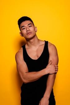 Портрет молодого азиатского мальчика с спортивной одеждой. непростое отношение.