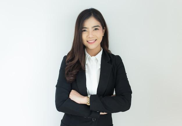 若いアジアのビジネス女性の肖像画は、彼女の腕を白い背景を越えた。