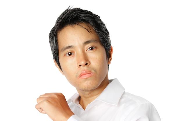 흰색 배경에 고립 된 흰 셔츠에 젊은 아시아 사업가의 초상화.