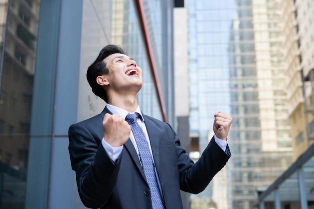 オフィスの外の若いアジア人実業家の肖像画