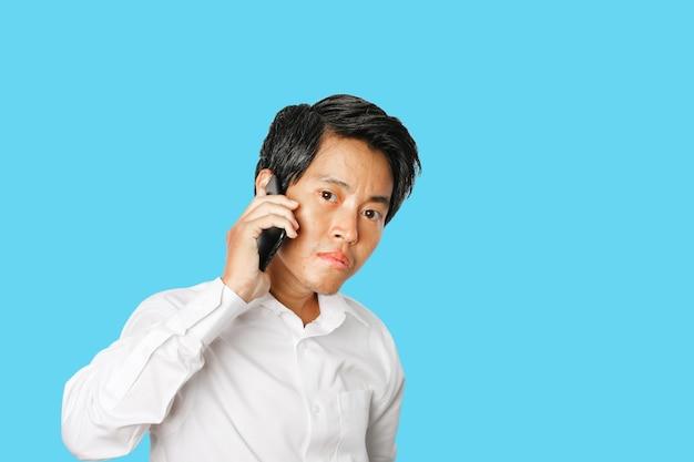 고립 된 젊은 아시아 사업가 이야기 휴대 전화의 초상화