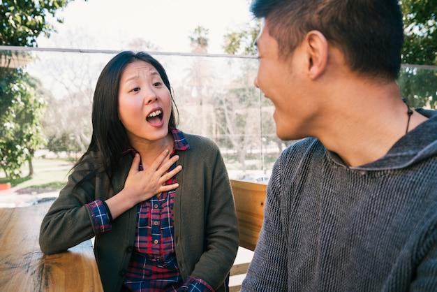 Портрет молодой азиатской пары, наслаждающейся свиданием и хорошо проводящей время вместе любовь концепции.