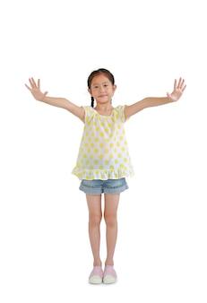 흰색 배경에 격리된 팔을 벌리고 캐주얼한 젊은 아시아 여자 아이의 초상화. 클리핑 패스가 있는 이미지 전체 길이.