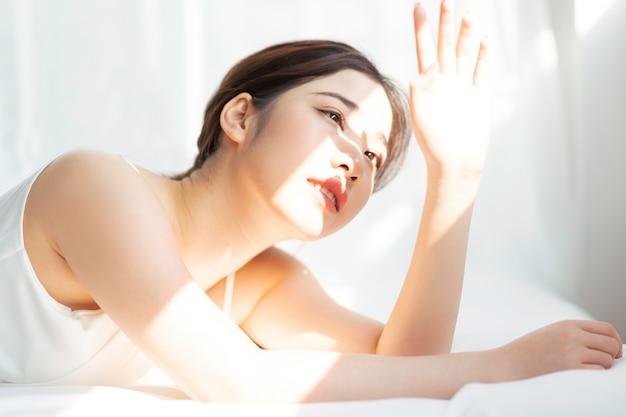 태양 아래 젊은 아시아 여자의 초상화