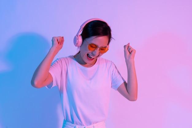 ヘッドフォンを身に着けている若いアジアの女の子の肖像画