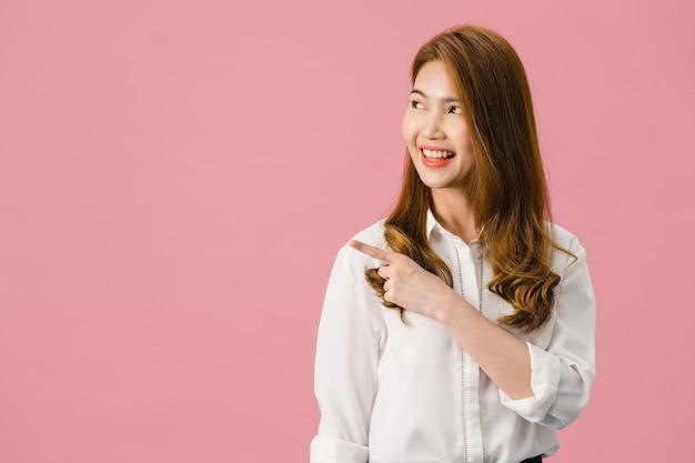 Портрет молодой азиатской леди, улыбаясь с веселым выражением лица