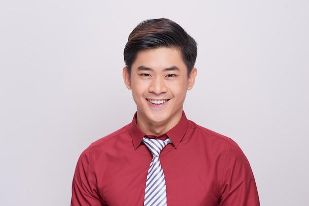 흰색 배경에 고립 된 젊은 아시아 남자의 초상화