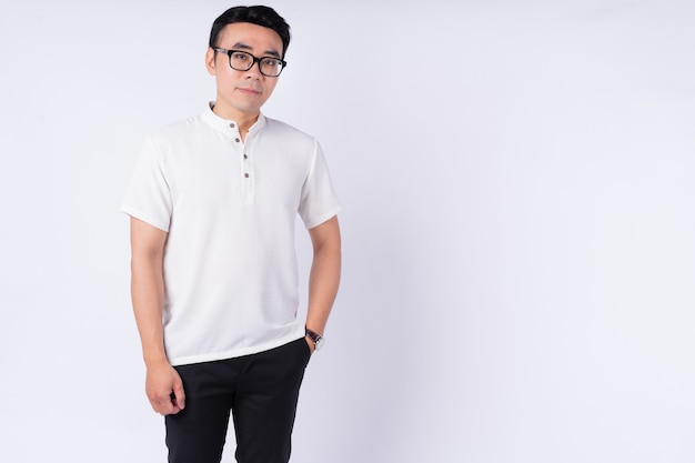 白い背景の上の若いアジア人の肖像画