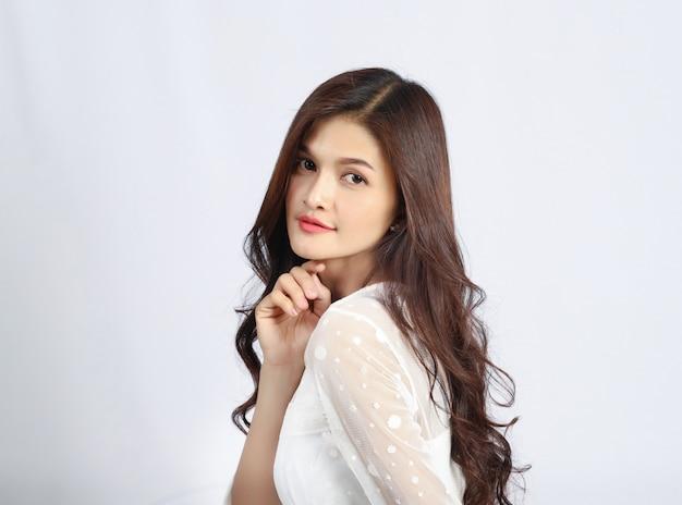 흰 벽, 아름 다운 태국 여자, 웨딩 드레스에 젊은 아시아의 초상화.