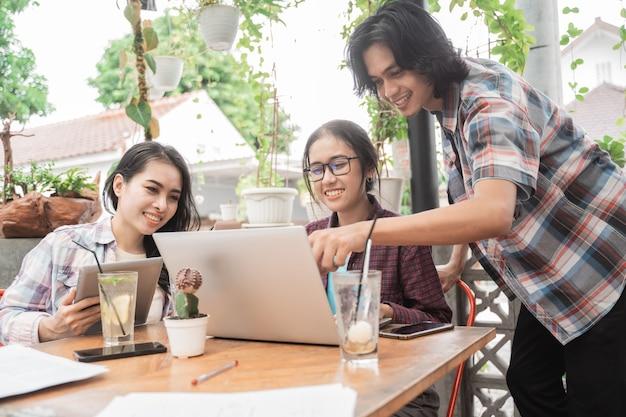 카페에서 회의 젊은 아시아 학생의 초상화