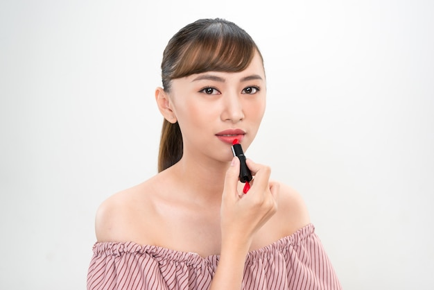 白い背景の上の若いアジア女性の美しさのイメージの肖像画